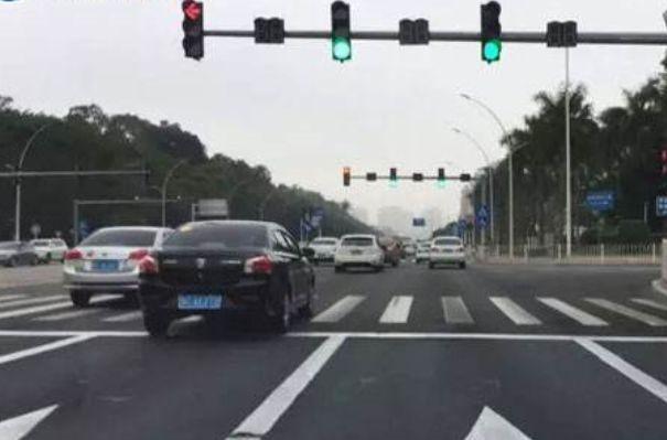 等红绿灯时应该怎样起步? 原来老司机是这么做的!
