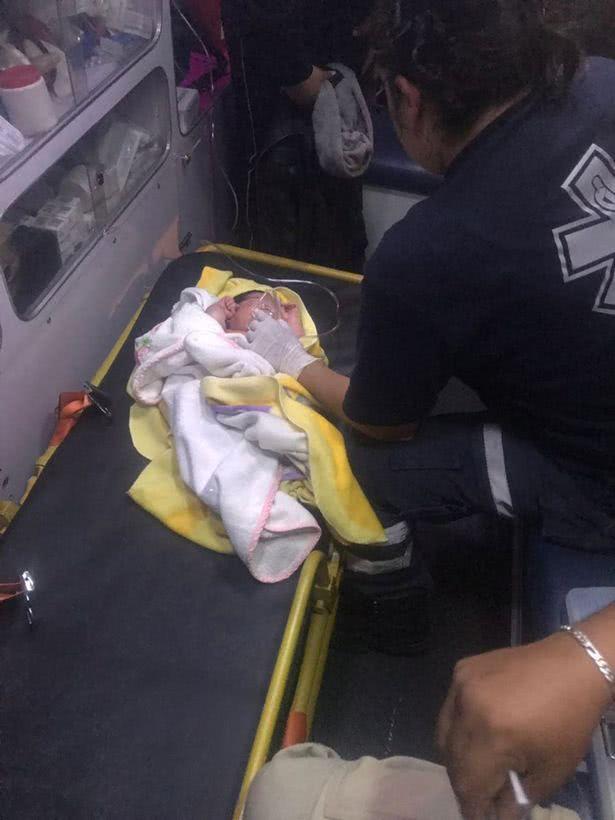 婴儿刚出生就被遗弃墨西哥街头塑料袋,这种妈妈图片
