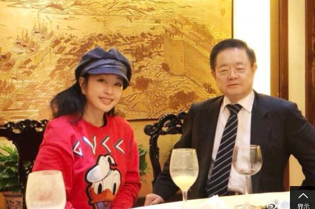60岁的刘晓庆和老公合影,看着就像20岁的少女