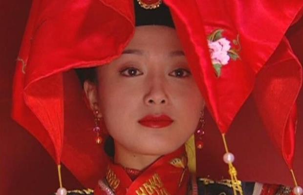 相比之下小燕子紫薇结婚都显得不那么隆重了,说实话知画这身打扮颇有图片