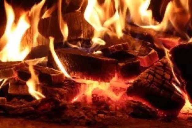 等到红薯出灶的时候,满满一层灰也抵挡不住它的诱人飘香,顾不了那么多,直接掰开就吃,满口生香,回味无穷。烤出来喷喷香!孩子们爱吃,也不怕烫。  时间过的真快,现在农村已经很少看见土灶头了,在城乡一体化和新农村建设中,乡村也电气化了,煤气灶、电磁炉毫不客气地把土灶挤出了人们的生活。但柴火灶保存下来的记忆,总是回味悠长。农村人置一方灶台,烧柴火煮饭菜,传达这暖心至深的饮食原味。  小伙伴们,你现在还会用柴火灶吗?好怀恋小时候一边做饭一边烤红薯吃的时光。在外漂泊的你是否想起了家的味道!记得有时间常回家看看!