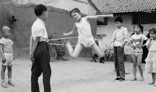 80年代中国儿童老照片 没有手机电脑的年代, 童年生活是这样子的图片