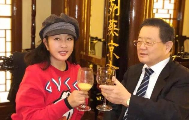 刘晓庆晒亲友欢聚照,和76岁老公举杯对饮甜秀恩爱