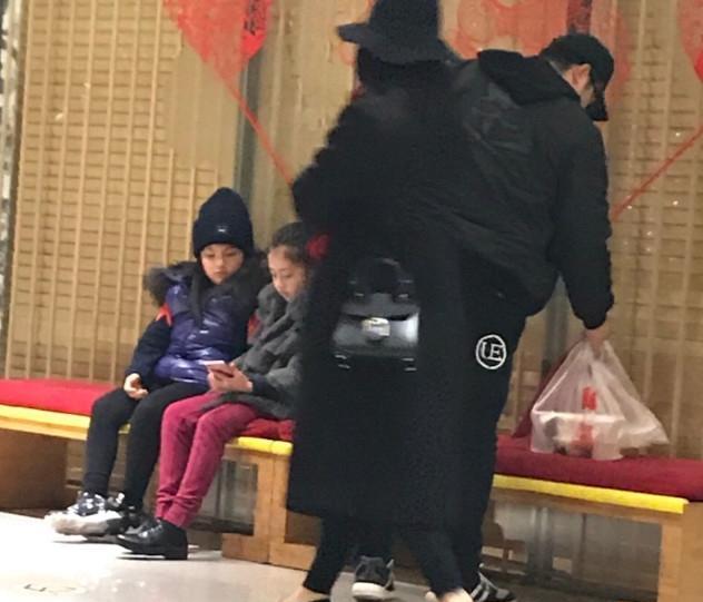 网友偶遇李湘一家逛街,王诗龄瘦的跟换了私人是的!