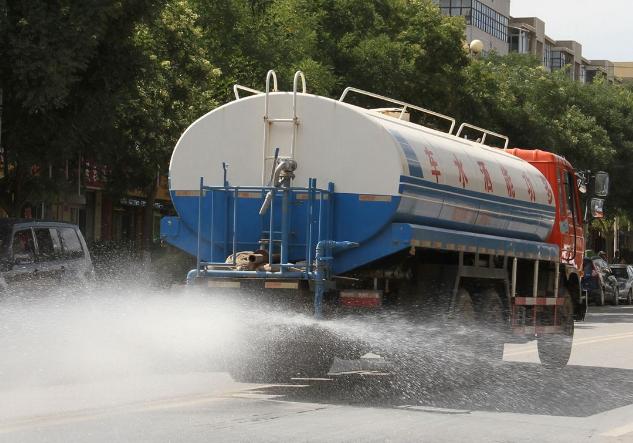 洒水车司机:用汗水洒出城市的美丽,你知道他