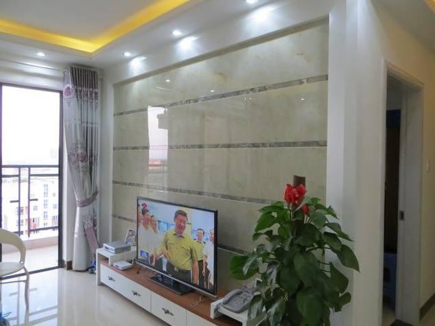 装修的真耐看,电视墙贴瓷砖,墙壁刷白色乳胶漆,住了一年还很新