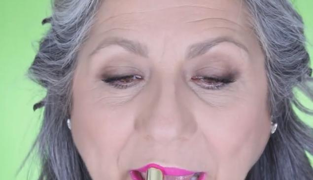 满头白发的老奶奶化妆后,竟然可以这么美