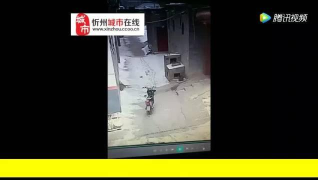 """忻州一男子""""顺手牵羊""""被监控抓拍"""
