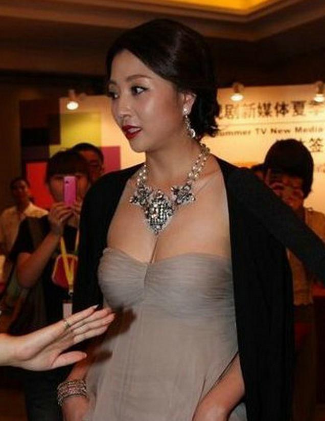 38岁殷桃出席活动照片, 亮点突出, 网友: 为抢镜也是拼了!