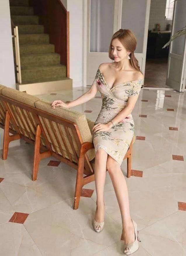 少妇在浴室裸体_街拍:穿着包臂裙的丰满圆润少妇,身材性感高挑,十分诱人