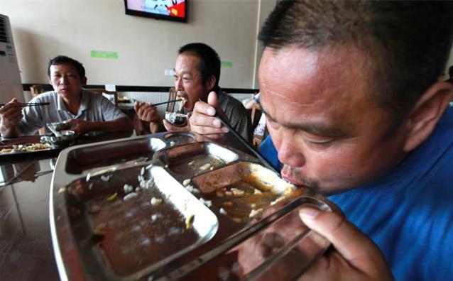 一组农民å・¥è12地吃é¥-图,碗里看不见肉,åa求能吃饱