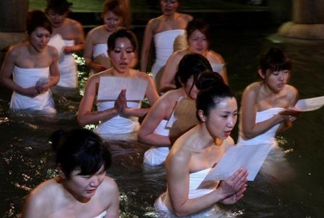 日本裸祭节,近万名男女庙内不穿衣服抢夺神木!