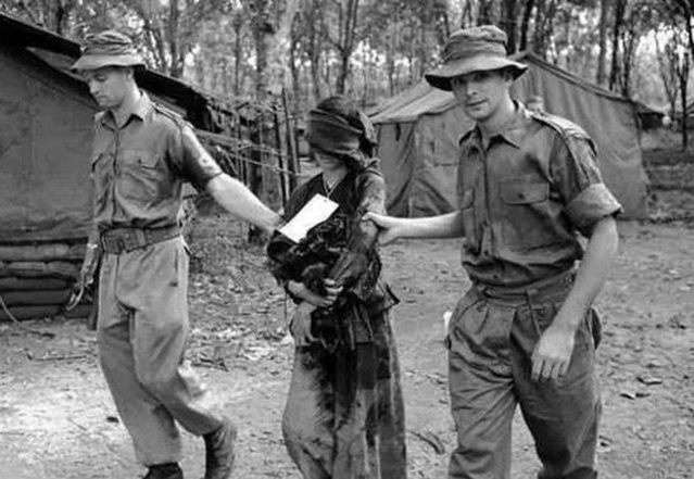 历史老照片:被美军俘虏越南女军,下场惨烈,战争残酷!