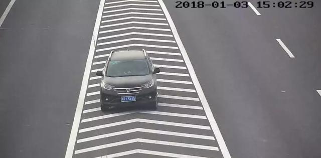 违法大曝光:鲁N1295Z,宝马小哥,请你瞪大双眼看看地下的导流线!