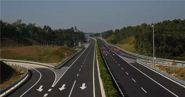 汕湛高速公路茂名段昨日正式通车,为茂名振兴发展带来新机遇