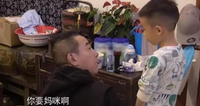 陈小春不让儿子喝咖啡 儿子告诉他 妈咪说可以 春哥立马同意了