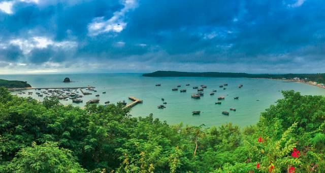 涠洲岛位于广西北海,它的海水比海南岛干净,景致甚至不输泰国的皮皮岛
