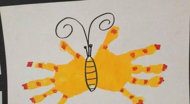 在幼儿园我们不仅教孩子单手手掌印画,还教孩子们双手手掌印画,重叠图片