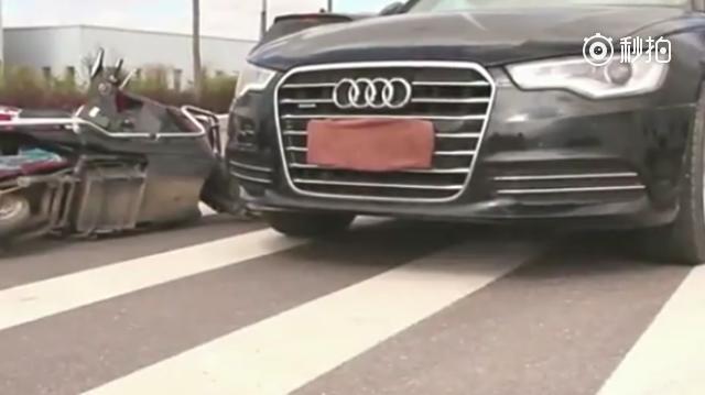 豪车司机撞倒穷小子,没想到一个电话,吓到司机了