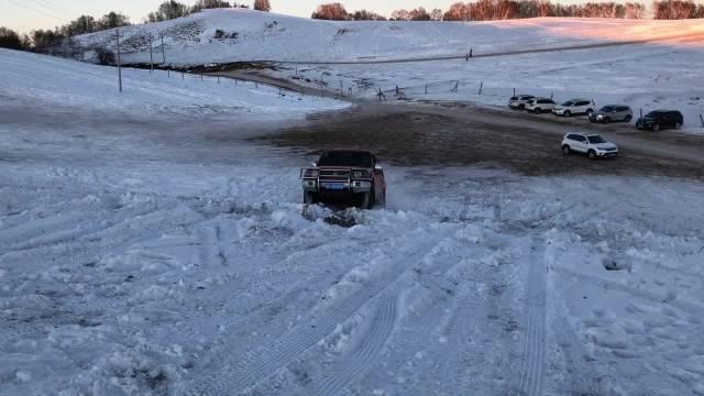 1月去哪儿玩 看着越野车上坡还是有点心惊,上的时候同侧轮胎都有点离地了...