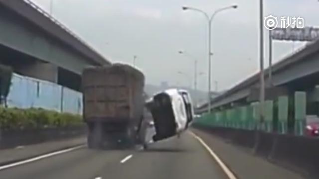 """SUV司机追尾大货车,瞬间""""起飞"""",行车记录仪拍这惨烈一幕"""