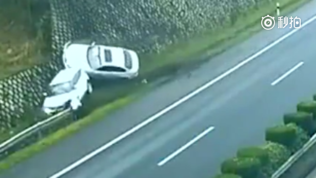 高速上时速120,路虎偷瞄宝马女司机,瞬间两车相撞飞起