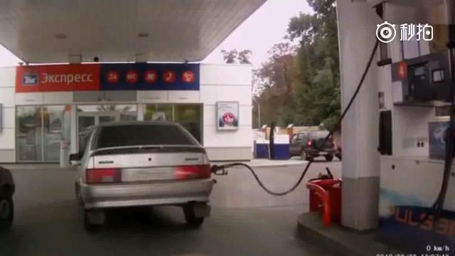 女司机在这个加油站加了一次油 第二天加油站就倒闭了