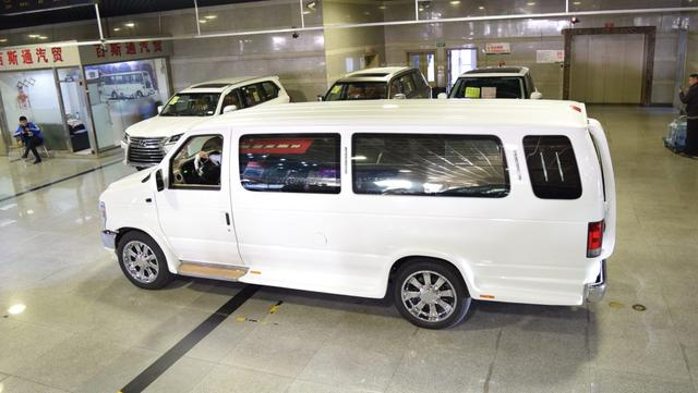 天津港稀有车型,福特E350美规 5.4L,移动的行宫