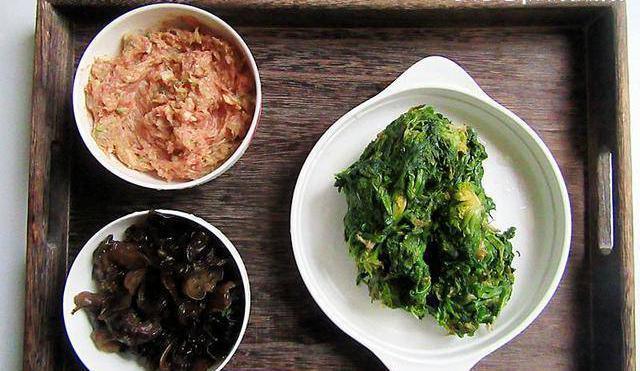 2,将馅料的食材备好切洗干净,荠菜剁成肉泥,猪肉焯水挤去牛排烤水分用多少度图片
