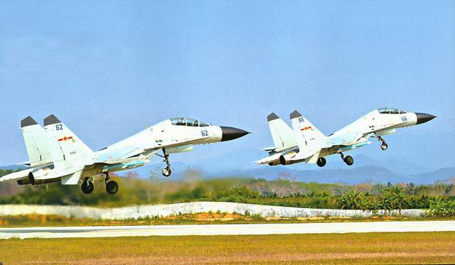 图片为以色列卫星照片中,两架歼-11B战斗机悄然降落在永兴岛机场。在我国接连在此处布置红旗-9、红旗-6、陆盾-2000近防体系等这防空三件套和鹰击-62长途反舰导弹之后,又一个大动作。军事专家雷泽先生通知鹰眼图说军事记者,解放军在远海岛屿上布置长途作战飞机,意在加上海上空基反舰才能,据了解,现在,我国海军航空兵和我国空军的歼-11B和歼轰-7A型飞机均能够携带数枚鹰击-91、鹰击-83K型反舰导弹,而未来几年,我国海军还将配备鹰击-12A和鹰击-100长途反舰导弹等等,这些导弹对周边海域的操控才能将全