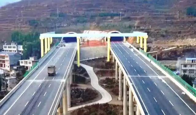 离开青山枢纽互通一路向南,经过喇叭互通,肖林坝大桥,团坡大桥,龙坪互图片
