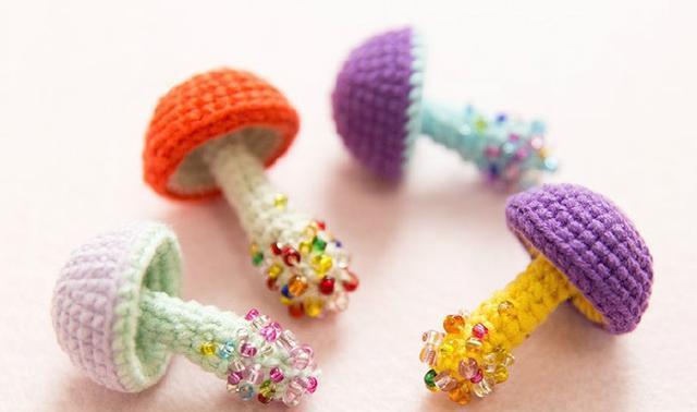 钩针编织教程:2款可爱的钩针小蘑菇,当胸针或项链个性