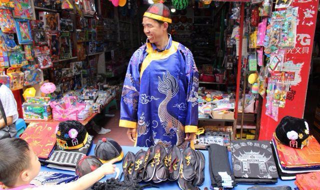农村小伙穿着寿衣在文具店门口卖寿衣,小孩被吓跑,生意惨淡!