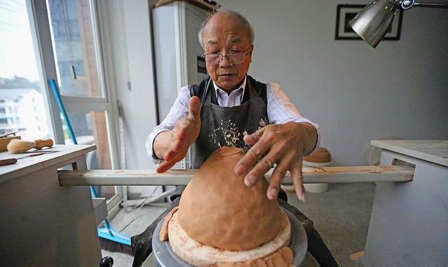 徐朝兴,是当今龙泉青瓷届的泰斗、亚太地区手工艺大师、中国工艺美术大师