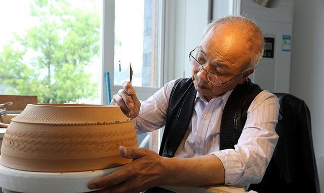 1980年,徐朝兴从一名普通工人,连跳六级成为龙泉青瓷研究所所长。