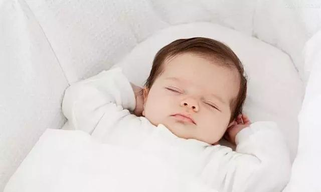 """宝宝睡觉姿势为什么是""""投降式""""的呢?"""