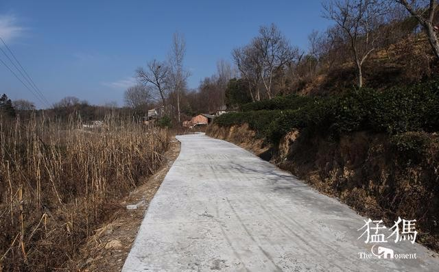 信阳某地村民木棍戳破水泥路 网友评论说:太用力