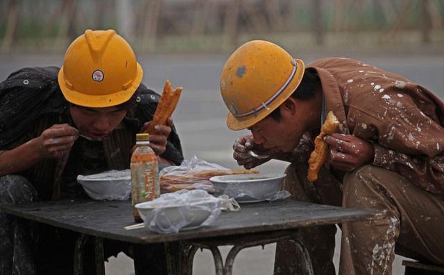 10张农民工吃饭图,寒风中随便吃一口,这就是生活的艰辛和无奈