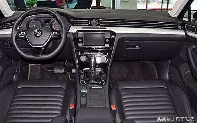 新迈腾采用全新8寸mib信息娱乐系统,整车添加了内饰氛灯彰显了车内