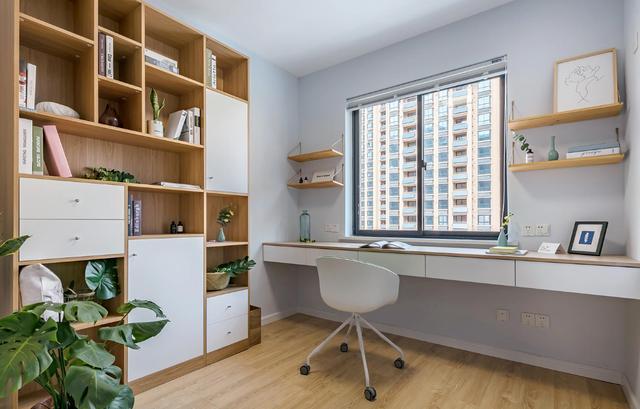 次卧暂时做了小书房,书桌书柜一体化.图片