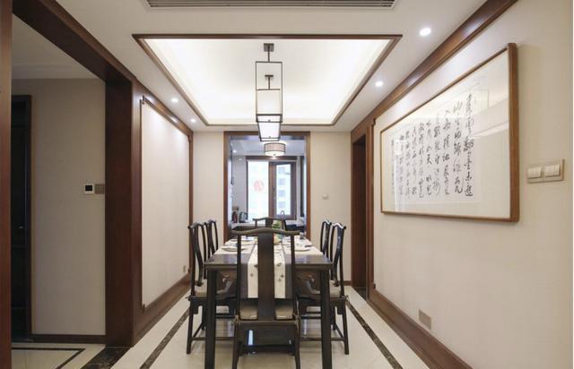 餐厅用中式元素去收边中间是米色的壁布结合,采用了厚重的餐桌椅给