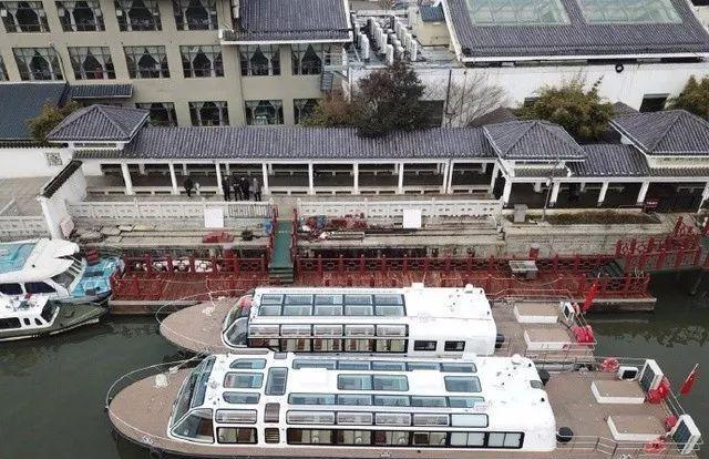 从最末的乌篷船到新触动力不清雅光船,苏州不清雅光船的穿扦何止此雕刻些!