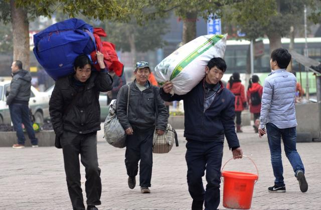 返乡农民工回家过年为何都喜欢提桶