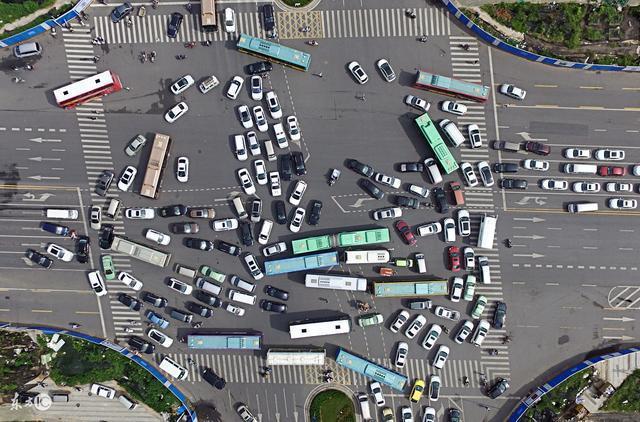 十字路口事故频发,一旦遇到下面这样的情况,你知道谁该让着谁先行吗?