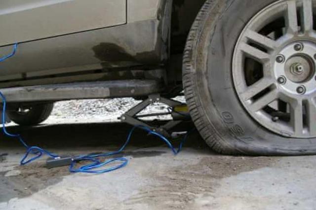 没有千斤顶也能换轮胎?一个自驾路上几乎失传的绝招,值得收藏