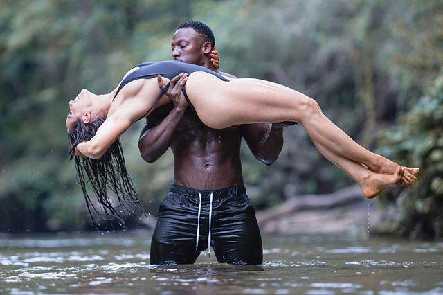 白妇大战黑人小伙内射_一身肌肉的黑人小伙,靠健身找了位白富美,但路走的很
