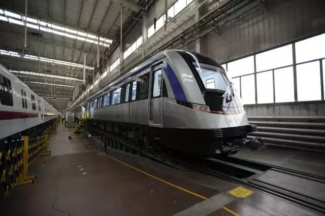 资料图:地铁11号线列车 >>>去年12月,青岛地铁11号线首列车在中车青岛四方机车车辆股份有限公司正式下线。国内目前运营的地铁列车主流是80公里每小时,而该车设计最高运行时速达120公里,堪称国内速度最快的地铁列车。