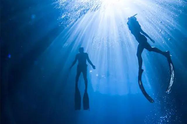 手绘淡蓝色海洋