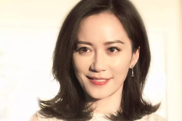 47岁俞飞鸿生日学王菲剪了短发,网友:发型太土,特别显老!图片