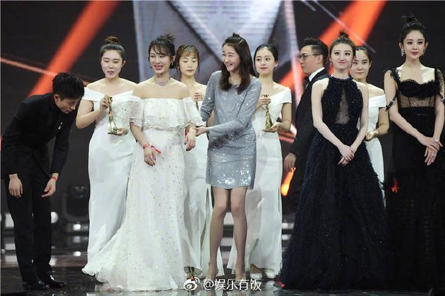 同是穿长摆裙出席活动, 杨紫景甜完全不同的待